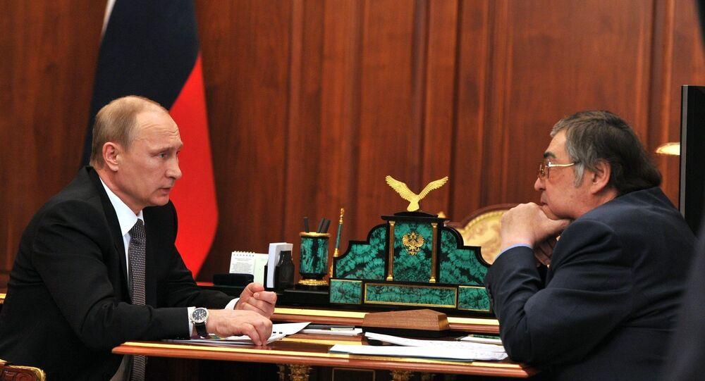 O presidente da Rússia, Vladimir Putin se reúne com o governador da região de Kemerovo, Aman Tuleyev em abril de 2015 (foto de arquivo)