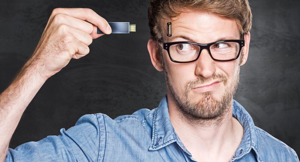 Homem insere USB flash drive na cabeça