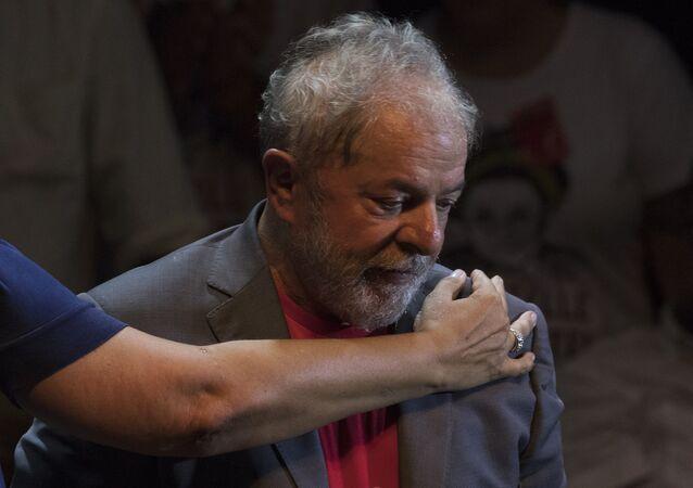 Lula da Silva recebe um abraço durante ato com Partido dos Trabalhadores no Rio de Janeiro em 2 de abril de 2018