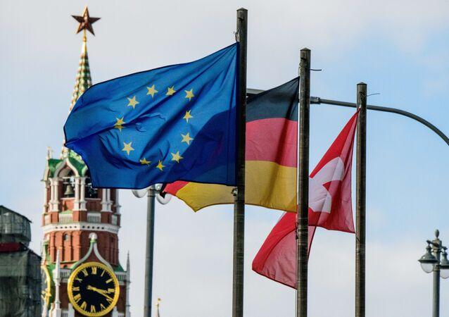 Bandeira da União Europeia e outras bandeiras em frente à Torre do Salvador do Kremlin, Moscou, 29 de março de 2018