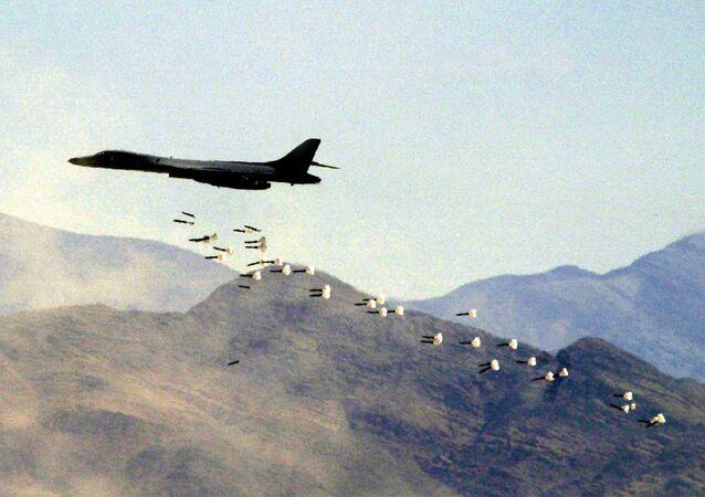 Bombardeiro B1-B lançando bombas durante testes no estado de Nevada (foto de arquivo)