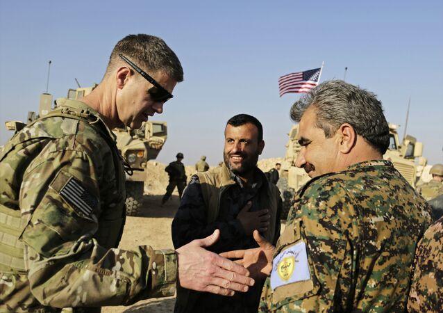 Major-general do exército dos EUA, Jamie Jarrard (à esquerda), agradece comandante Muhammed Abu Adeel durante uma visita ao norte da Síria, em fevereiro de 2018