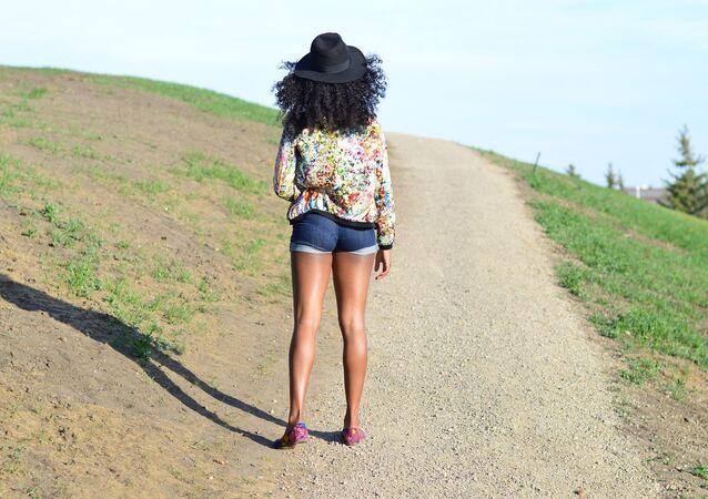 Garota vestida com short jeans, imagem ilustartiva
