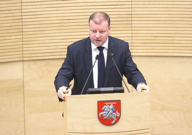 O novo primeiro-ministro lituano, Saulius Skvernelis, fala durante uma sessão do Seimas da República da Lituânia, em Vilnius, a 13 de dezembro de 2016.