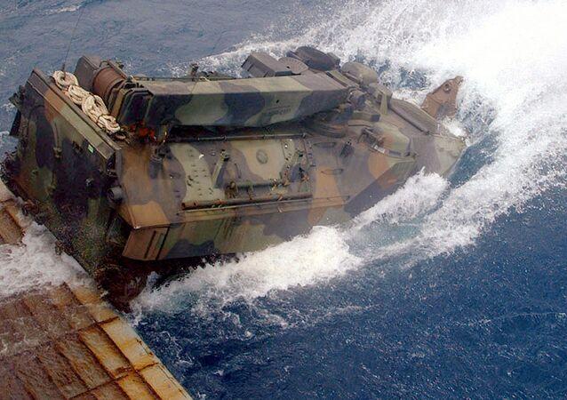 Blindado de desembarque anfíbio LVTP-7 de fabricação estadunidense