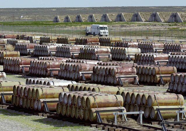 Veículo de segurança transposta contêineres de agentes vesicantes e mostarda de enxofre no Depósito Químico em Tooele, no estado de Utah, EUA, 30 abril de 2001