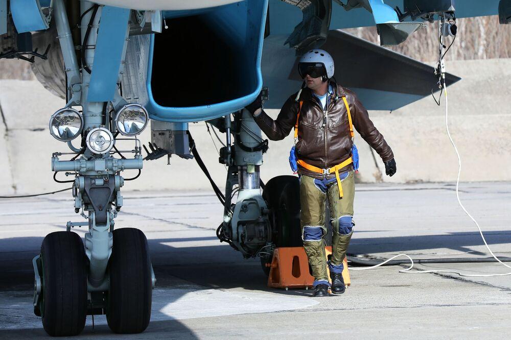 Preparação do caça-bombardeiro Su-34 para decolagem nas competições Aviadarts 2018