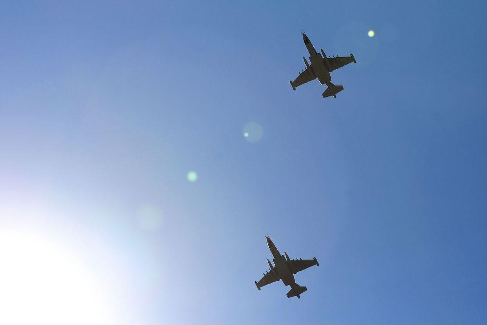Aviões de assalto Su-25 no céu durante as competições