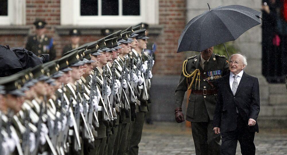 Presidente da Irlanda, Michael Higgins, inspeciona a Guarda de Honra do Exército Irlandês depois da cerimônia de sua nomeação como 9º líder de Estado da Irlanda no Castelo de Dublin, Irlanda, 11 de novembro de 2011