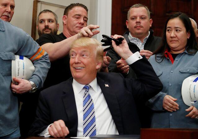 O presidente dos EUA, Donald Trump, distribui canetas que usou para assinar declarações presidenciais aumentando as tarifas das importações de aço e alumínio.