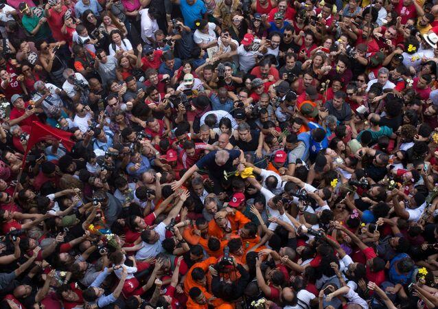 Lula é carregado pela multidão antes de fazer discurso em frente ao Sindicato dos Metalúrgicos do ABC, em São Bernardo do Campo. Ex-presidente teve prisão decretada pelo juiz Sergio Moro e se entregou à Polícia Federal no final do dia.
