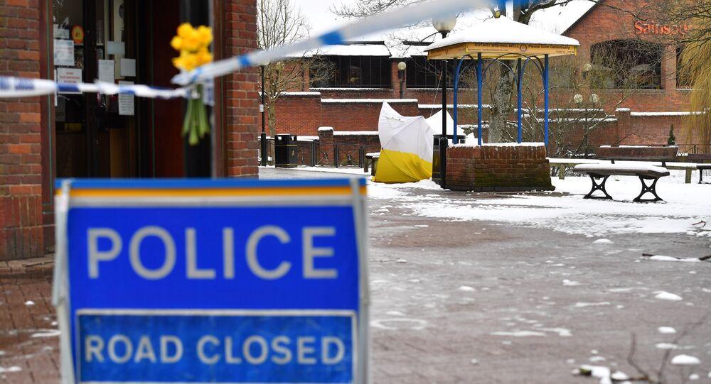 Tenda protetora cobre um banco em um parque no shopping center The Maltings em Salisbury, sul da Inglaterra, 19 de março de 2018