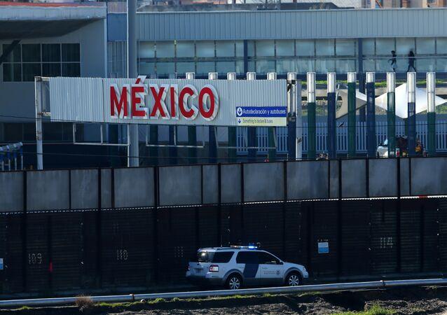 Um veículo de patrulha de fronteira dos EUA passa pela fronteira com o México em San Ysidro, Califórnia (arquivo)