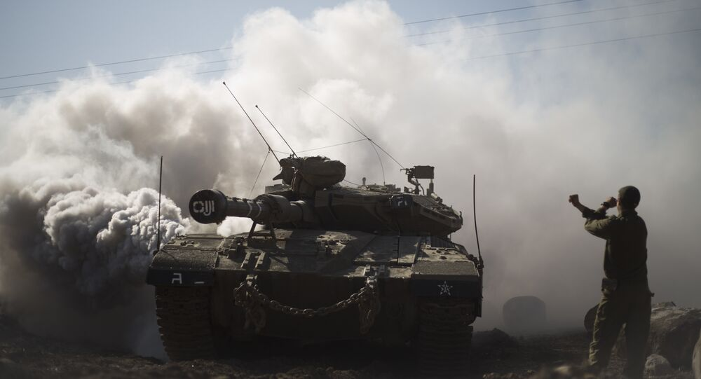 Soldado e tanques israelenses perto da fronteira com a Síria (foto de arquivo).