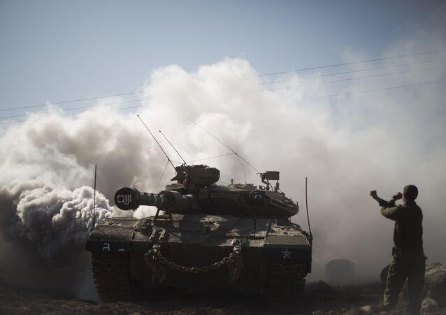 Soldado e tanques israelenses perto da fronteira com a Síria