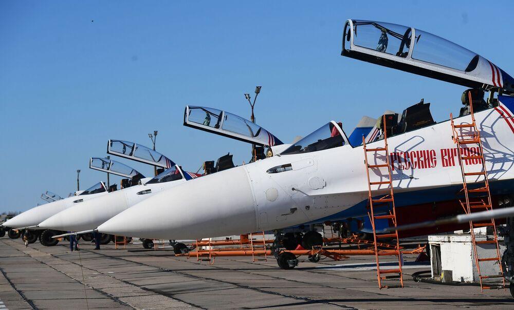 Caças multifuncionais Su-30SM da esquadrilha de acrobacia aérea Russkie Vityazy participam do ensaio da parte aérea da 73ª Parada da Vitória que se realizará na Praça Vermelha, em Moscou, em 9 de maio de 2018