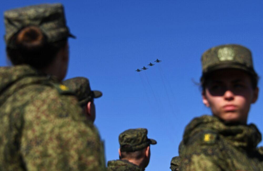 Caças-bombardeiros Su-34 participam do ensaio da parte aérea da 73ª Parada da Vitória que se realizará na Praça Vermelha, em Moscou, em 9 de maio de 2018