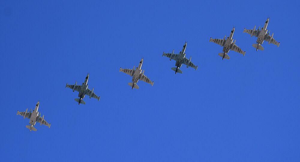 Aviões de ataque ao solo Su-25 participam do ensaio da parte aérea da 73ª Parada da Vitória que se realizará na Praça Vermelha, em Moscou, em 9 de maio de 2018
