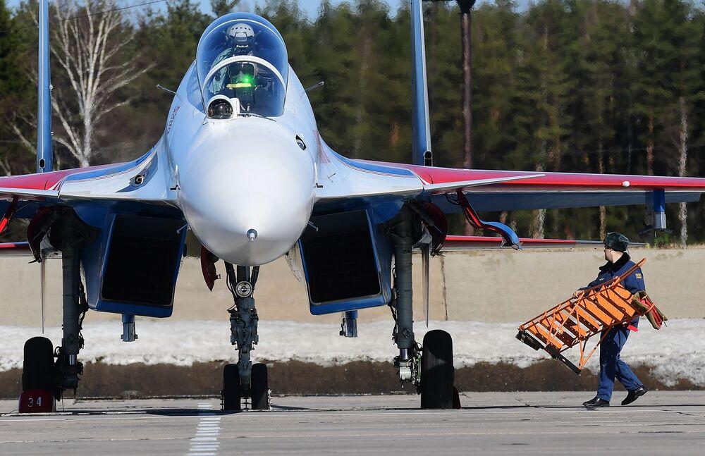 Caça multifuncional Su-30SM do grupo de alta pilotagem Russkie Vityazy participa do ensaio da parte aérea da 73ª Parada da Vitória que se realizará na Praça Vermelha, em Moscou, em 9 de maio de 2018