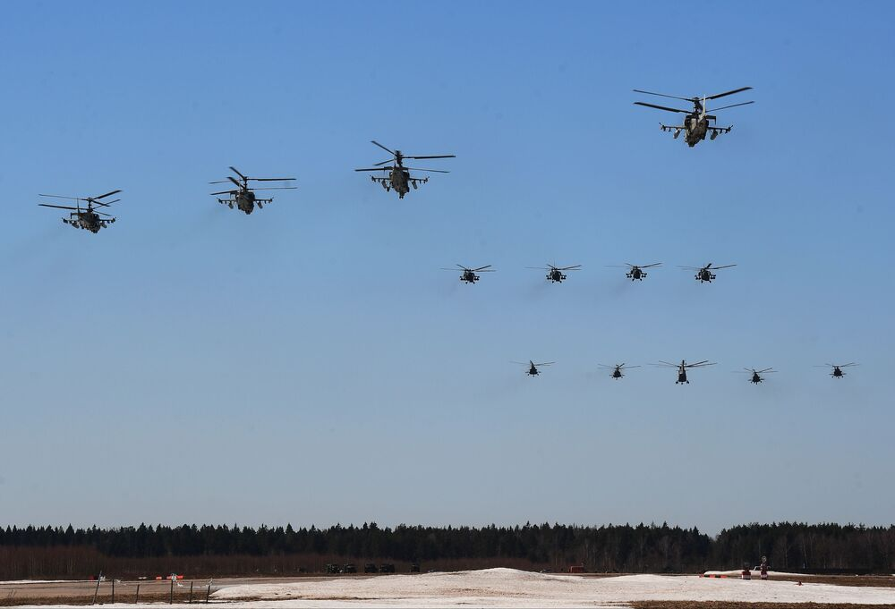Helicópteros de assalto Ka-52 Alligator (em primeiro plano) participam do ensaio da parte aérea da 73ª Parada da Vitória que se realizará na Praça Vermelha, em Moscou, em 9 de maio de 2018