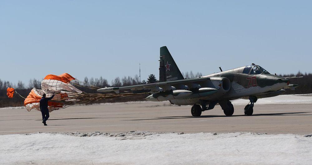 Avião de ataque ao solo Su-25 aterrissa após participar do ensaio da parte aérea da 73ª Parada da Vitória que se realizará na Praça Vermelha, em Moscou, em 9 de maio de 2018