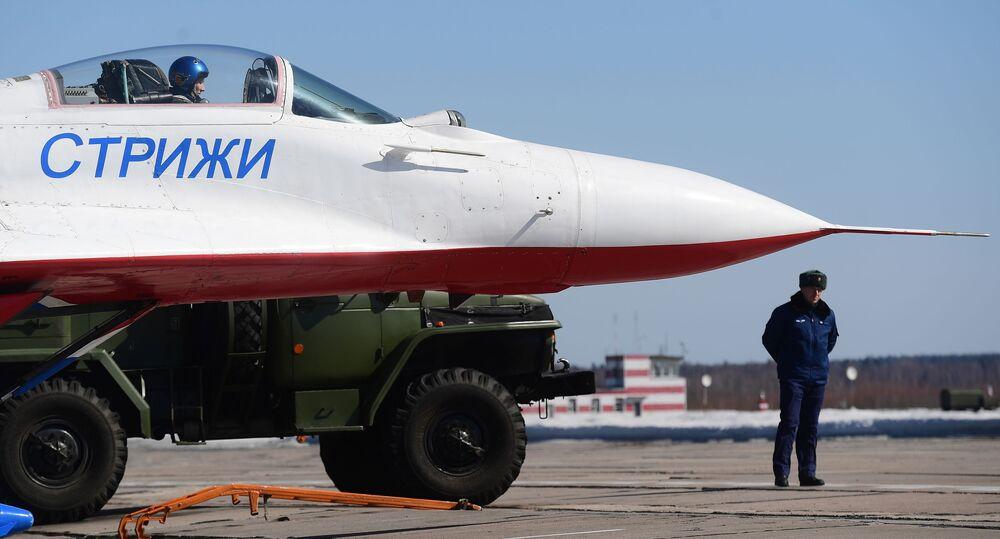 Caça multifuncional MiG-29 da esquadrilha de acrobacia aérea Strizhy participa do ensaio da parte aérea da 73ª Parada da Vitória que se realizará na Praça Vermelha, em Moscou, em 9 de maio de 2018