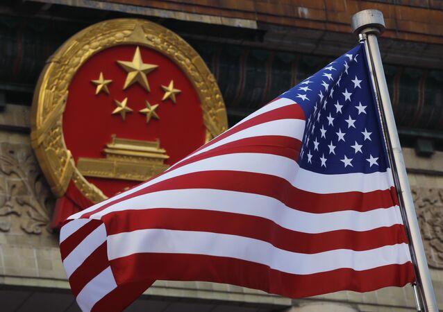 Bandeira dos EUA junto a emblema nacional da China (foto de arquivo)