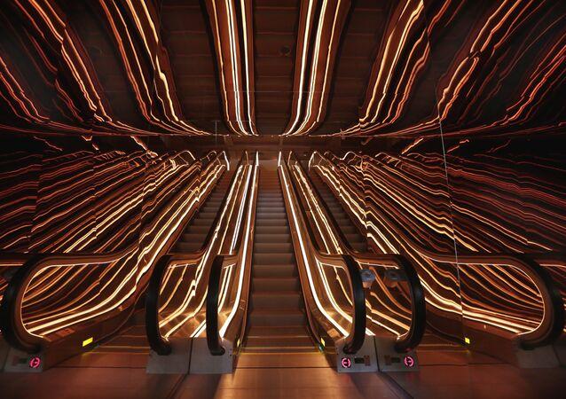 Ilusão de ótica de uma única escada rolante na recepção de um hotel em Nova York, 1º de junho de 2017