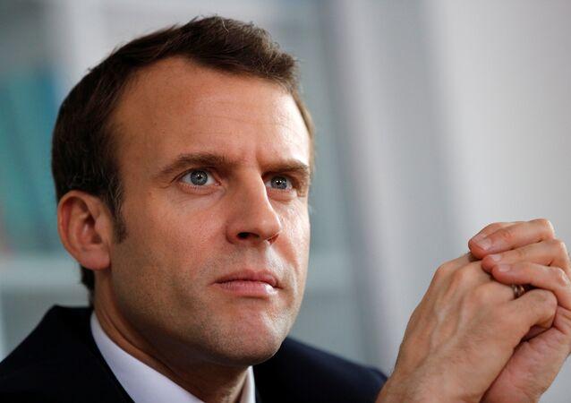 O presidente da França, Emmanuel Macron, escuta pessoal médico do hospital de Rouen durante uma visita dedicada à elaboração de um plano sobre autismo em 5 de abril de 2018