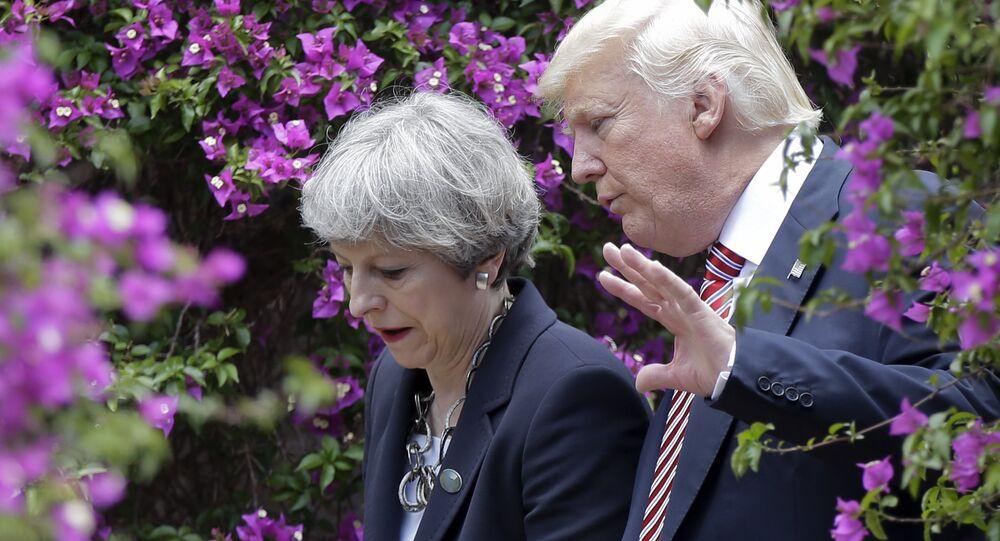 O presidente dos EUA, Donald Trump fala com a primeira-ministra britânica Theresa May (foto de arquivo)