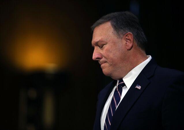 O deputado Mike Pompeo testemunha perante uma audiência do Senado dos Serviços de Inteligência sobre sua nomeação para chefiar a CIA no Capitólio (arquivo)