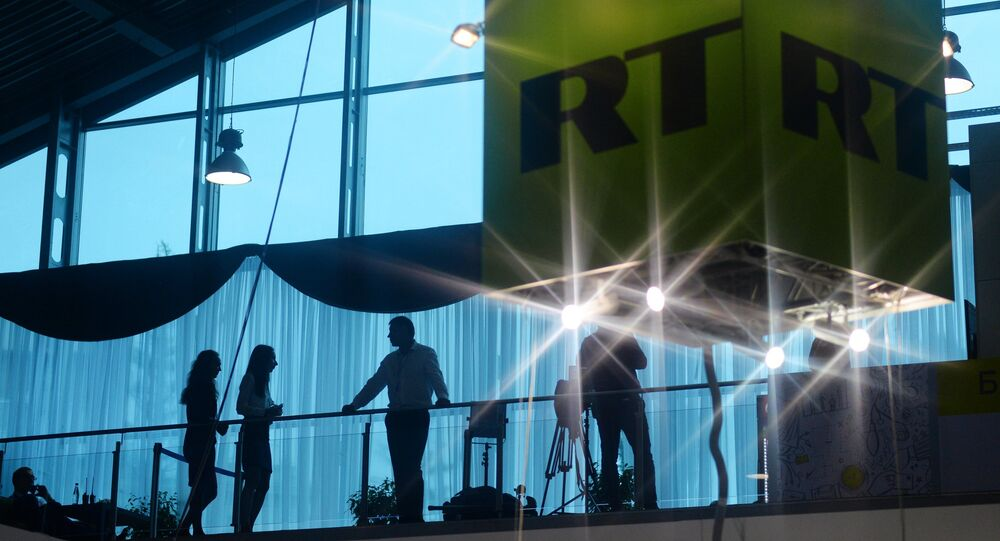 O cubo com o logotipo do canal RT