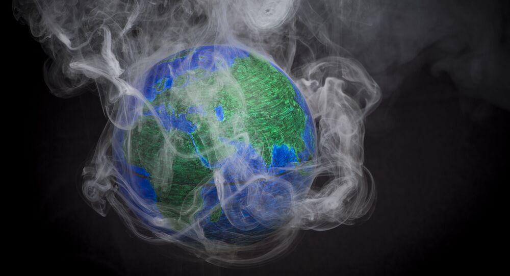 Pequeno globo rodeado por fumaça para ilustrar aquecimento global, França, 10 de novembro de 2015