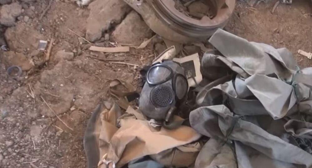 Máscara de gás encontrada em laboratório clandestino, em Ghouta Oriental