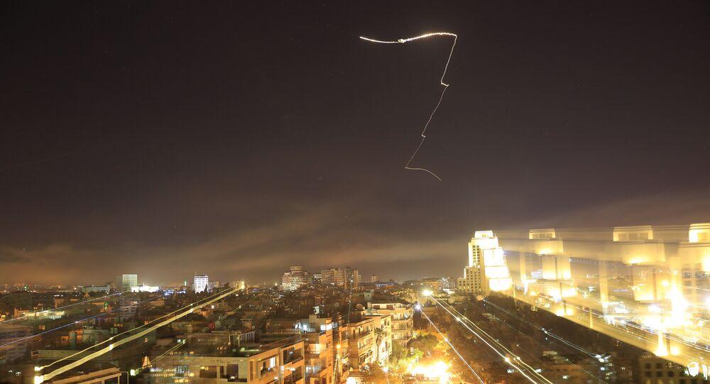 Mísseis cruzam horizonte de Damasco durante ataque dos EUA contra Síria, 14 de abril de 2018 (foto de arquivo)