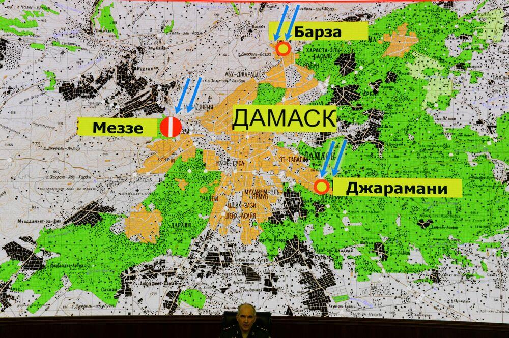 O chefe da Direção-Geral Operacional do Estado-Maior das Forças Armadas russas, Sergei Rudskoy, à frente de um mapa de Damasco que mostra os supostos lugares atingidos pelos ataques aéreos da coalizão