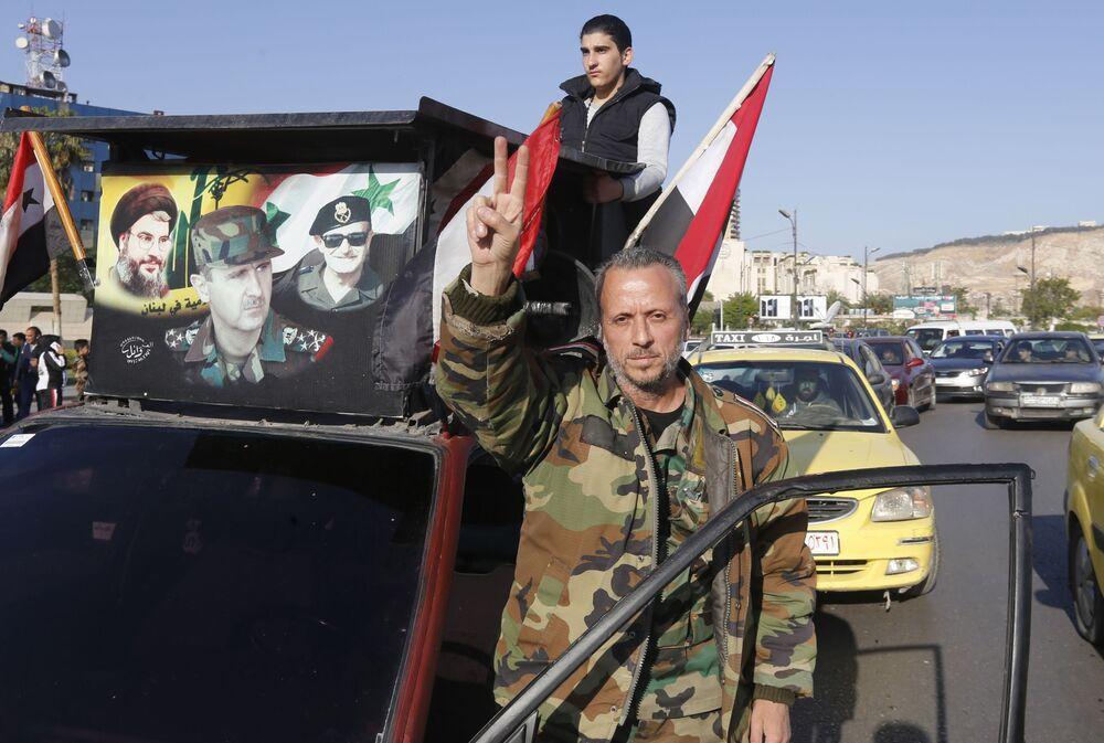 Um homem sírio participa da manifestação contra os ataques aéreos dos EUA, Reino Unido e França na Síria, realizado em 13 de abril