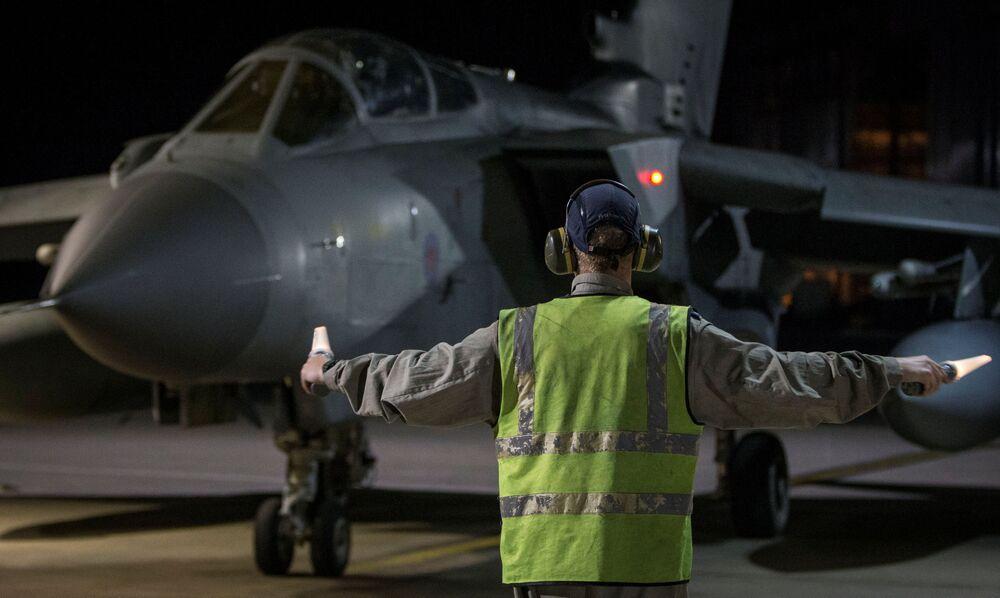 Um avião de combate Tornado da Força Aérea do Reino Unido aterra no Chipre depois de realizar um ataque aéreo contra Damasco