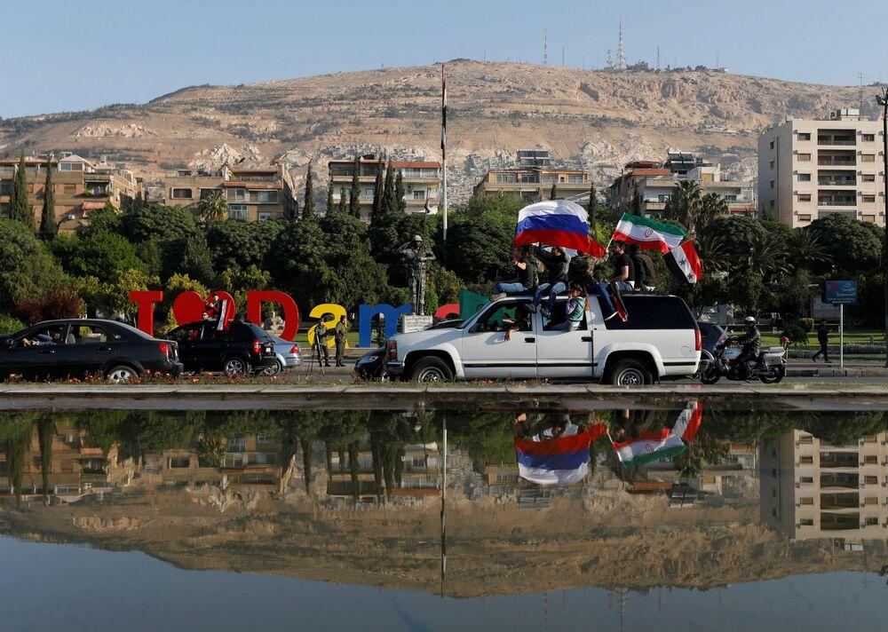 Cidadãos sírios manifestam-se contra os ataques da coalizão internacional liderada pelos EUA.