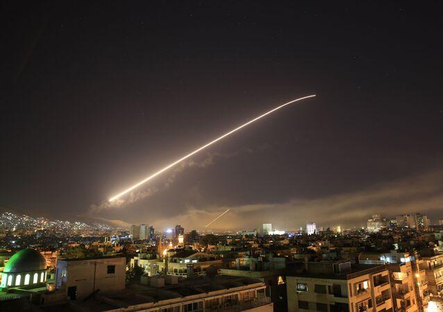 Míssil cruza o céu sobre Damasco durante o ataque norte-americano ao país
