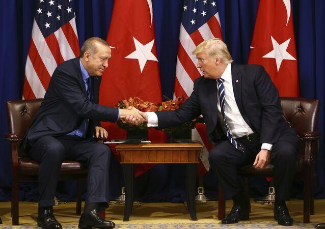 Presidente da Turquia Recep Tayyip Erdogan (à esquerda) e o presidente dos Estados Unidos, Donald Trump (à direita), apertam as mãos durante encontro em Nova York.