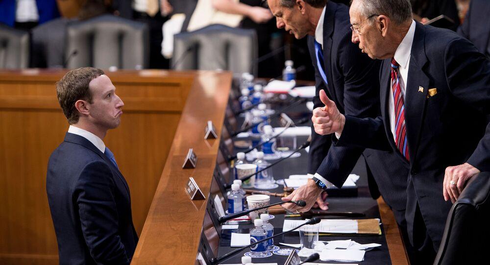 Diretor executivo do Facebook, Mark Zuckerberg (à esquerda), fala com os senadores John Tune e Chuck Grassley durante uma sessão no Capitólio