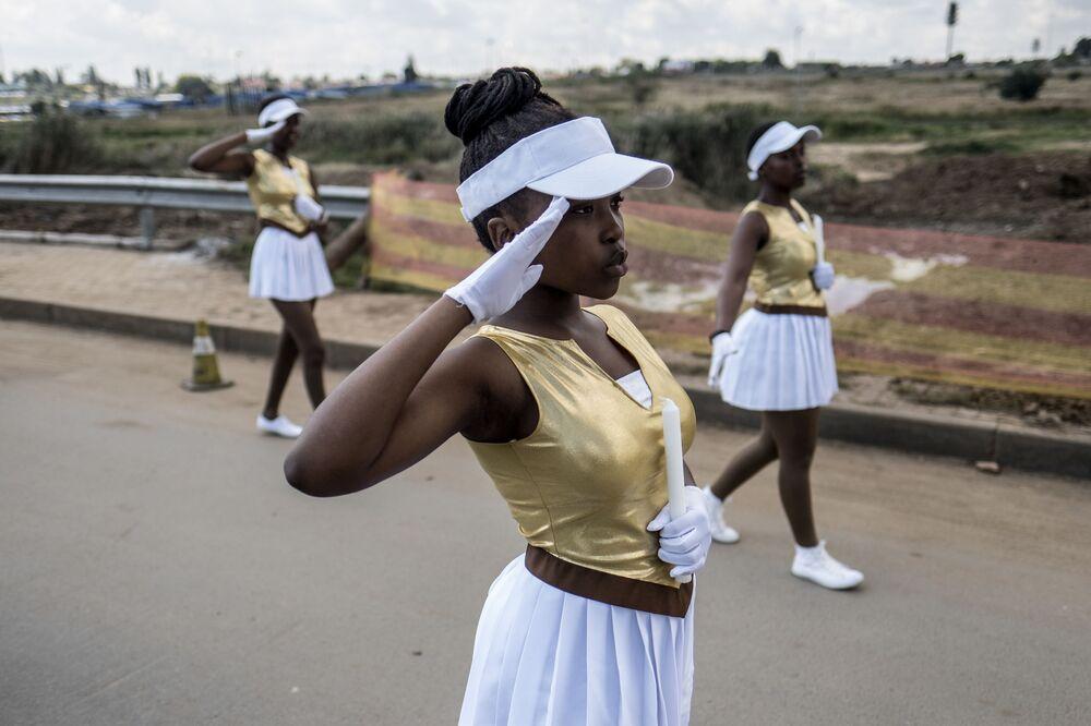 Moças participam de marcha perto da casa de Winnie Mandela, ex-esposa do antigo líder sul-africano Nelson Mandela