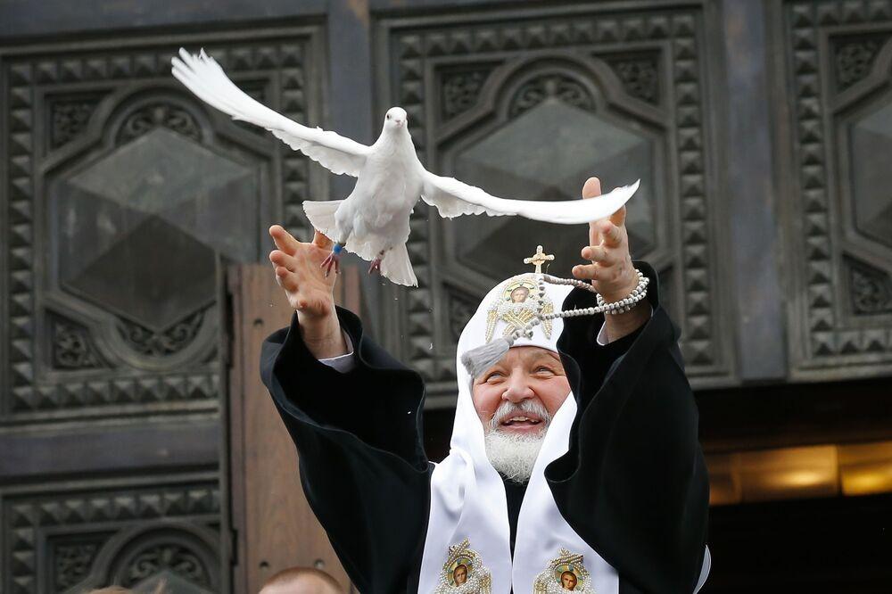 Patriarca de Moscou e toda a Rússia, Kirill, lança um pombo ao celebrar a Anunciação nas vésperas da Páscoa ortodoxa