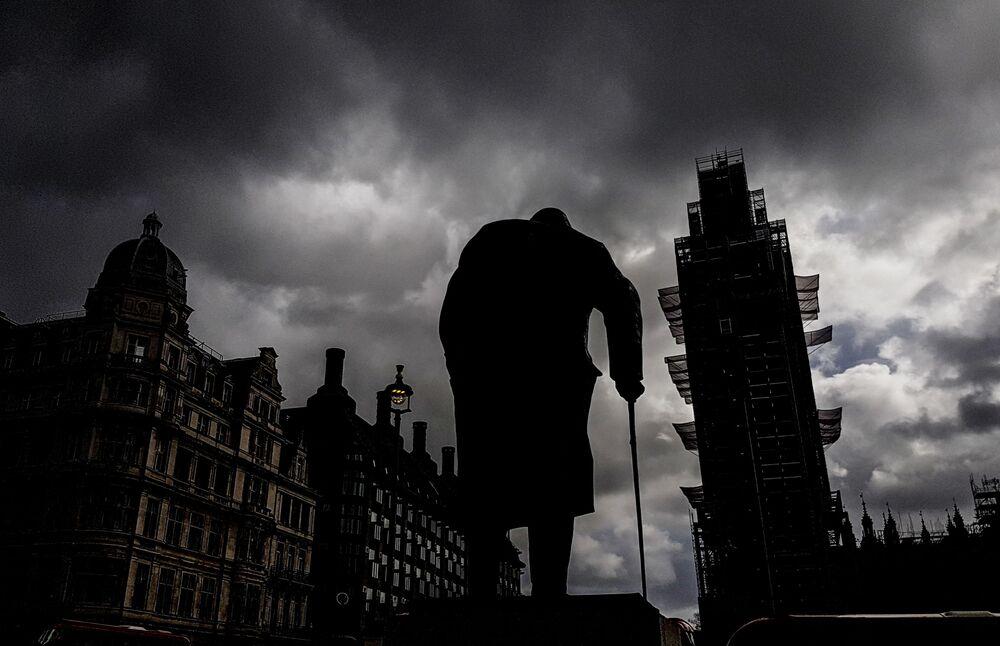 Monumento ao ex-premiê britânico, Winston Churchill, está sendo restaurado em Londres