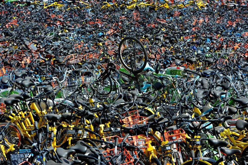 Bicicletas de vários serviços de aluguel na cidade chinesa de Wuhan.