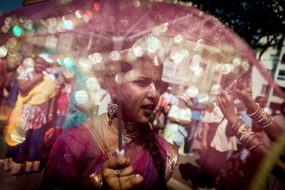 Crentes de Krishna de toda a África do Sul cantam ao desfilar no festival Ratha-Yatra 2018
