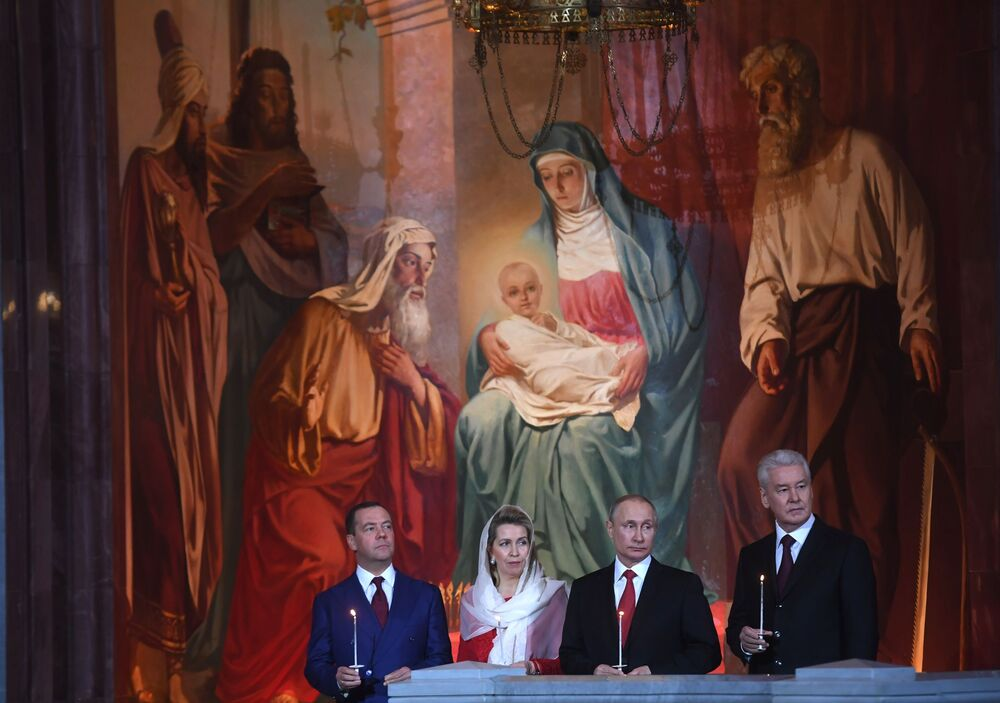 Presidente russo Vladimir Putin, premiê Dmitry Medvedev e sua esposa Svetlana e o prefeito de Moscou, Sergei Sobyanin, durante a missa pascal na Catedral de Cristo Salvador