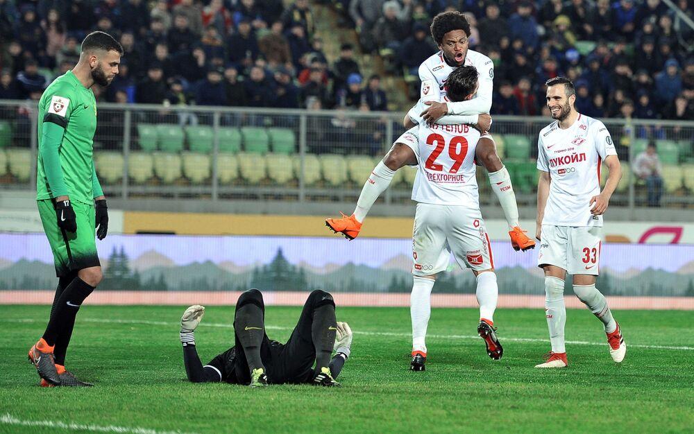 Jogadores do clube Spartak se alegram com a vitória em uma partida do Campeonato Russo de Futebol entre clubes da Primeira Liga