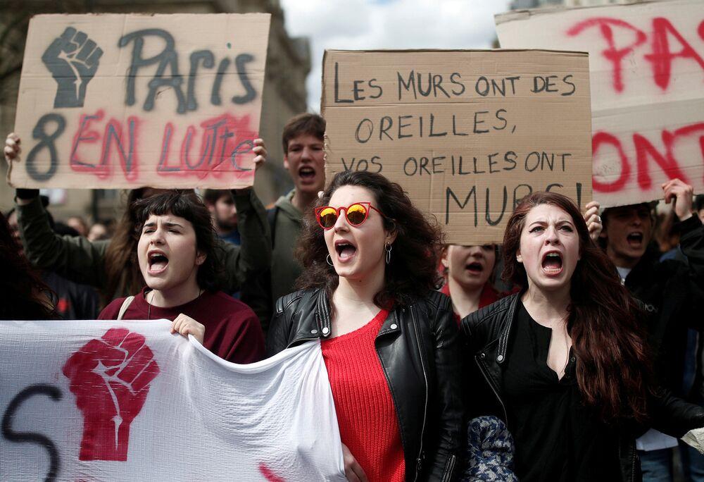 Protesto de estudantes contra a reforma universitária do presidente francês, Emmanuel Macron, em frente da Universidade de Sorbonne, em Paris